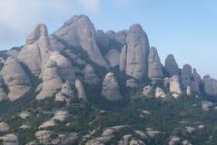 Högväxt berg nära kloster av Santa Maria de Montserrat in Royaltyfri Bild