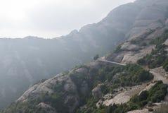 Högväxt berg nära kloster av Santa Maria de Montserrat in Arkivbild