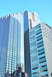 Högväxt blått- och grå färgkontorsbyggnad Royaltyfri Foto