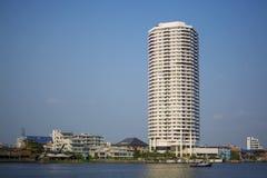 Högväxt byggnad förutom Chao Praya River Royaltyfri Bild