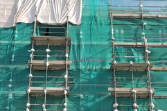 Högväxt byggnad i material till byggnadsställning Royaltyfri Bild