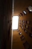 Högväxt hus med fönster Fotografering för Bildbyråer