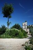 Högväxt hus och träd Fotografering för Bildbyråer
