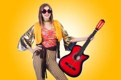 Högväxt isolerad gitarrspelare Fotografering för Bildbyråer