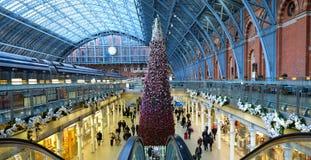 Högväxt julgran på den St Pancras stationen, London, UK Fotograferat uppifrån av rulltrapporna royaltyfri foto