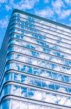 Högväxt kontorsbyggnad med fönster Fotografering för Bildbyråer