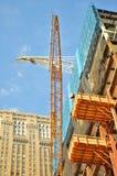 Högväxt kran på konstruktionsplats i Newet York City royaltyfri fotografi