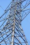 Högväxt metallHydrotorn med en blå himmel Fotografering för Bildbyråer