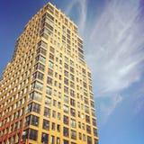 Högväxt modern bostads- byggnad Arkivfoton