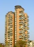 Högväxt modernt flervånings- hus Arkivbild