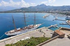 Högväxt sailship i hamn av Calvi Korsika Fotografering för Bildbyråer