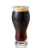 Högväxt Shapley exponeringsglas fyllde med kallt mörkt öl Arkivbild