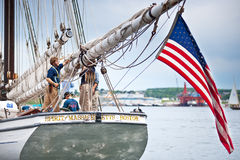 Högväxt shipande av Massachusetts på docken. arkivfoton