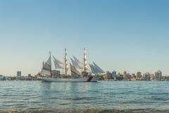Högväxt skepp i hamnen med Halifax i stadens centrum horisont på en sunn Royaltyfria Foton