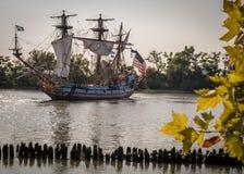 Högväxt skepp på floden royaltyfri foto