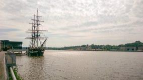 Högväxt skepp på nya Ross Wexford royaltyfri bild
