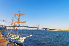 Högväxt skepp på stranden av Delaware i Philadelphia Royaltyfri Fotografi