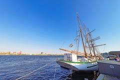 Högväxt skepp på stranden av Delaware River i Philadelphia Royaltyfria Bilder