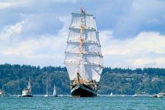 Högväxt skepp som är kommande på avslutningfjärden Fotografering för Bildbyråer