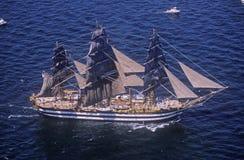 högväxt skepp som 100 seglar ner Hudson River under den 100 år berömmen för statyn av frihet, Juli 4, 1986 Royaltyfri Bild