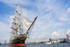 Högväxt skepp som Staden Amsterdam seglar från IJmuiden till Amsterdam Royaltyfri Bild