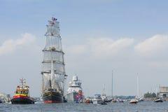 Högväxt skepp som Staden Amsterdam seglar från IJmuiden till Amsterdam under den stora händelsen SEGLAR Royaltyfria Foton