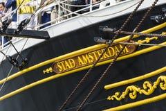 Högväxt skepp som Staden Amsterdam seglar från IJmuiden till Amsterdam under den stora händelsen SEGLAR Royaltyfri Foto