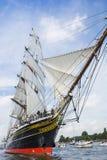 Högväxt skepp som Staden Amsterdam seglar från IJmuiden till Amsterdam under den stora händelsen SEGLAR Arkivfoton