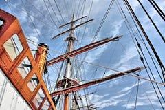 Högväxt skeppmast och riggning som når för himmel Royaltyfri Bild