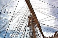 Högväxt skeppmast och riggning som når för himmel Arkivfoto