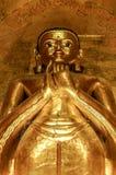 Högväxt stående guld- Buddha som visar Dharmachakra Mudra, gest Arkivbilder