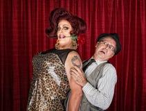 Högväxt transvestit med vännen Royaltyfri Fotografi