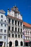 Högväxt utsmyckat radhus i barock arkitektur arkivfoto