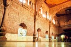 Högväxt vägg med carvings i stor korridor av det 16th århundradeJunagarh fortet, Indien Royaltyfria Foton