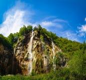 Högväxt vattenfall i Plitvice sjönationalparken royaltyfria bilder