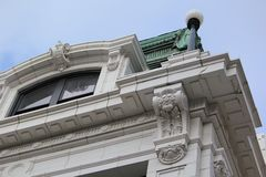 Högväxt historisk byggnad i i stadens centrum Chicago Arkivbild