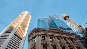 Högväxta affärsbyggnader och stigning in mot blå himmel i Sydney arkivfoton