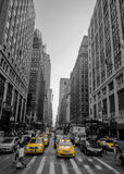 Högväxta byggnader i New York med taxien Fotografering för Bildbyråer
