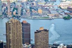 Högväxta byggnader med en vattenflykt Royaltyfria Bilder