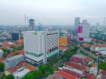 Högväxta byggnader och staden parkerar arkivfoton