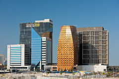 Högväxta byggnader under konstruktion i Abu Dhabi, UAE Arkivbild