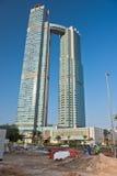 Högväxta byggnader under konstruktion i Abu Dhabi, UAE Royaltyfri Foto