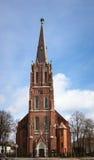 Högväxta gamla för kyrkaLutheran för röd tegelsten StAnnas byggnad i Liepaja arkivbilder