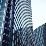 Högväxta glass reflekterande skyskrapor för modern hög löneförhöjning i i stadens centrum område för stad Finansiella affärskonst Royaltyfria Foton