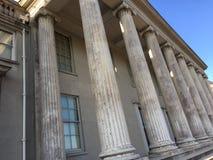 Högväxta grecian kolonner baktill av en slott royaltyfri foto
