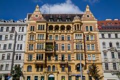 Högväxta härliga byggnader i Wien royaltyfria bilder