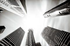 Högväxta höga löneförhöjningkontorsbyggnader i Singapore arkivfoto