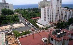Högväxta hotellbyggnader, tak och gatan under med bilar a arkivfoto