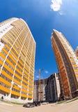 Högväxta hyreshusar under konstruktion mot en blå himmel Royaltyfri Foto