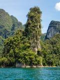 Högväxta kalkstenklippor på Khao Sok sjön Royaltyfri Bild